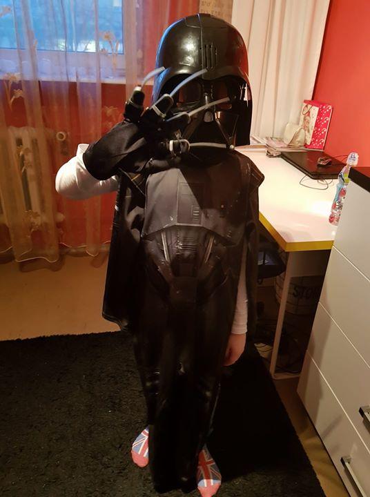 Strój star wars rozm 128 50zł – Puławy Sprzedam strój karnawałowy, maska z dźwiękiem