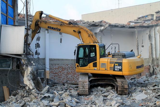Teraz Puławy: Na placu pojawił się ciężki sprzęt, który po kawałku usuwa fragmenty ścian…