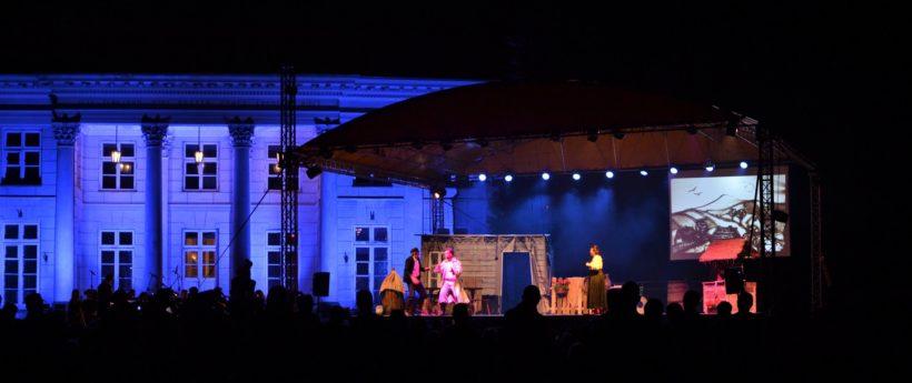 🇵🇱️W piątek ponad sto par tancerzy oraz przybyłych mieszkańców wspólnie zatańczyło jeden z narodowych…