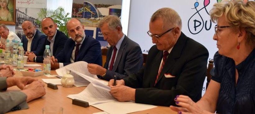 ️Dzisiaj (8 czerwca 2018 roku) została podpisana umowa na budowę hali widowiskowo-sportowej w Puławach…