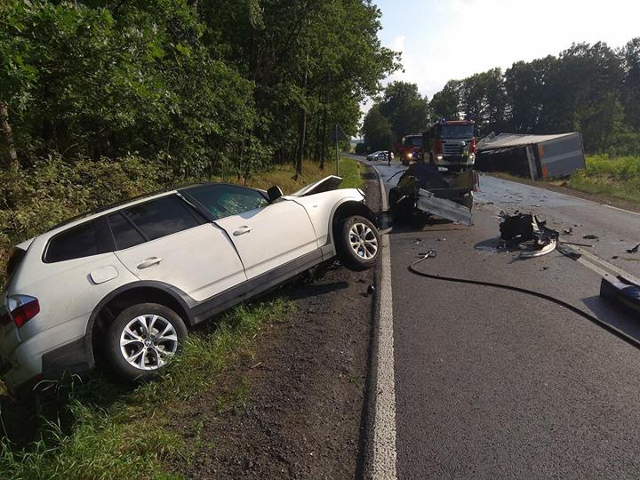Dzisiejsze zdarzenie drogowe na DW824. Na odcinku trasy Puławy Żyrzyn doszło do zderzenia samochodu…