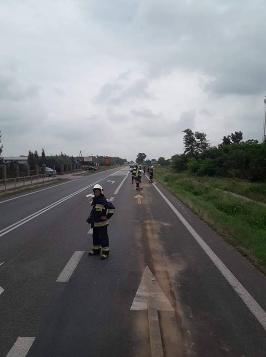 Możliwe utrudnienia na trasie pomiędzy Kurowem i Markuszowem. Jezdnia zanieczyszczona olejem. Na miejscu działają…