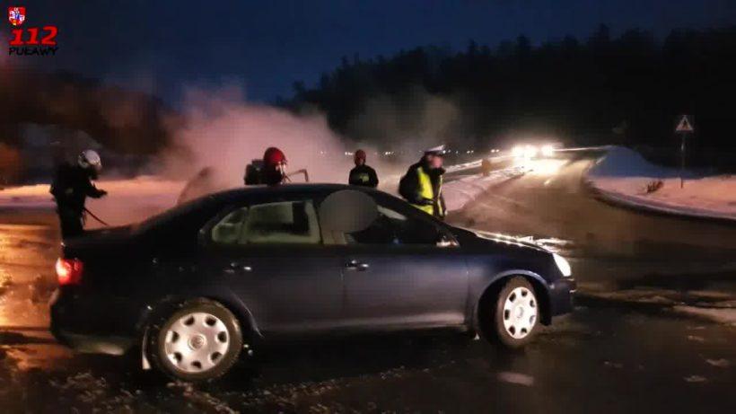 Kierujący VW za nic ma strażaków którzy prowadzą akcję i rozciągnięte na ulicy węże.…