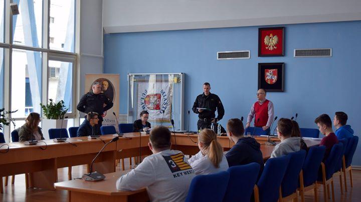 Na sali konferencyjnej urzędu właśnie odbywają się eliminacje Ogólnopolskiego Turnieju Wiedzy Pożarniczej Trzymamy kciuki…