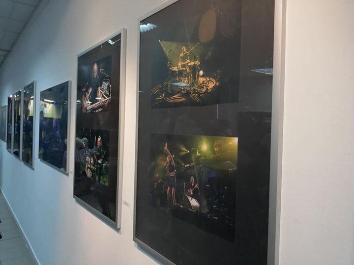 """️ Otwarcie wystawy """"Fotografia"""" Łukasza Fedorowicza, który na swoich fotografiach uwiecznił najpiękniejsze koncerty i…"""