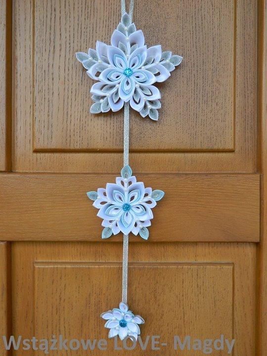 Co powiecie na girlandę z nutką delikatnego błękitu! Idealnie ozdobi drzwi, okno, witrynę sklepową…
