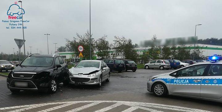 Na parkungu centrum handlowego przy ul. Dęblińskiej doszło do stłuczki parkingowej w wyniku której…