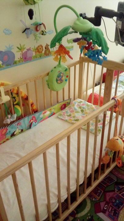 Łóżeczko niemowlece 100zł – Puławy Sprzedam sosnowe łózeczko niemowlęce. Materac pianka-kokos i dwa przescieradla…