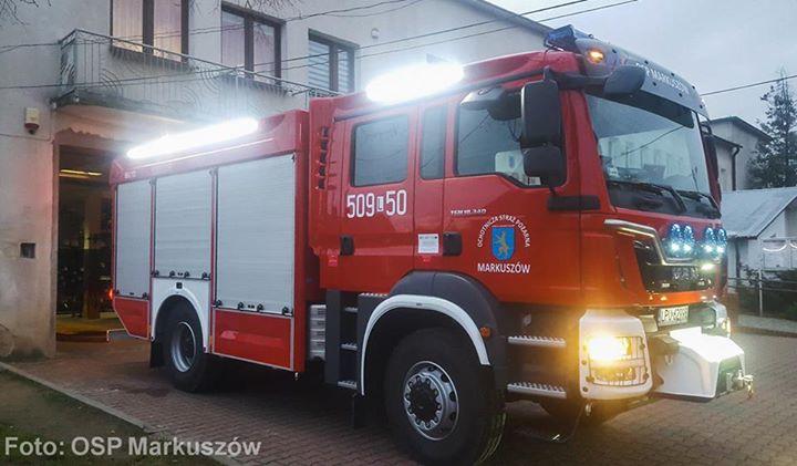 """Druhowie ochotnicy z Markuszowa dysponują nowym samochodem gaśniczym. Do służby został przekazany r. """"Koszt…"""