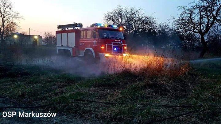 KRONIKA STRAŻACKA Z DN. R 1. Pożar suchej trawy w Kazimierzu Dolnym. Paliły się…