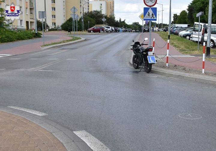 Do zdarzenia doszło W Puławach, na skrzyżowaniu o ruchu okrężnym kierujący motocyklem przewrócił się…