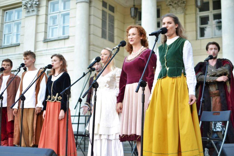 Wczoraj na dziedzińcu Pałacu Marynki mieszkańcy mogli wysłuchać koncertu moniuszkowskiego w wykonaniu Teatru Pijana…