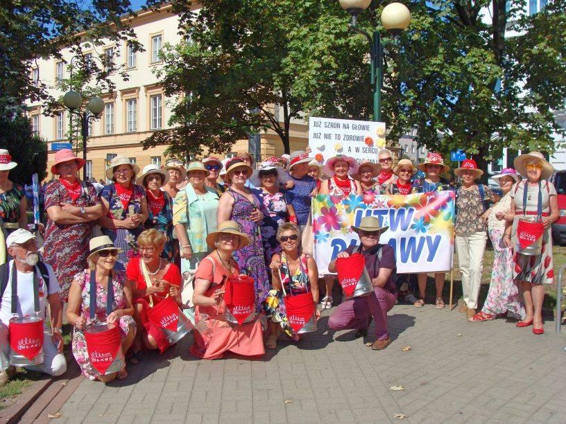 """🧓24 sierpnia w Warszawie odbyła VI Parada Seniorów """"Dojrzali Wspaniali"""". W tym gronie znalazła…"""