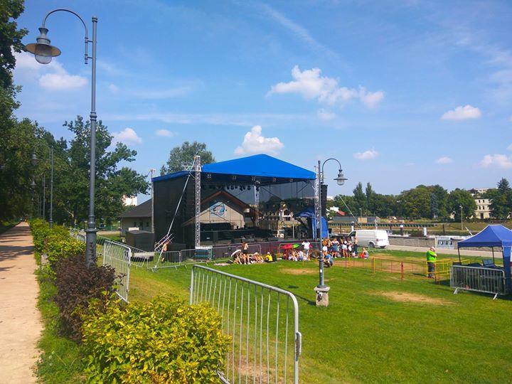 Przygotowania do wieczornego koncertu trwają pod sceną czekają już pierwsi fani gwiazdy wieczoru